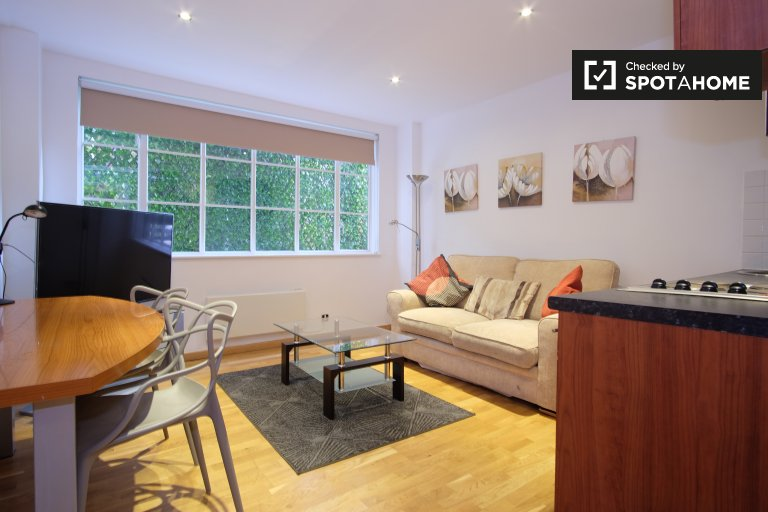 Chic 2-bedroom flat to rent in Kensington, London