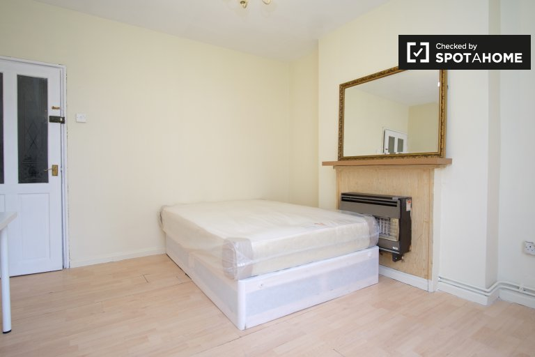 Double Bed in Rooms to rent in 4-bedroom flatshare in Shadwell, zone 2
