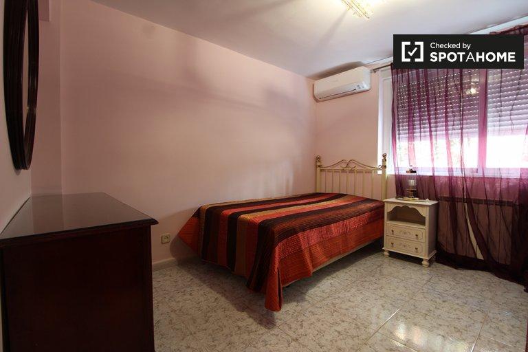 Umeblowany pokój z 3 sypialniami w La Elipa w Madrycie