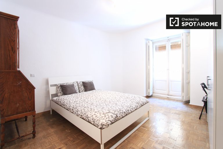 Decorated room in shared apartment in Latina, Madrid