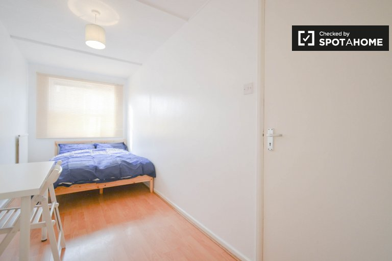 Bright room to rent in a 5-bedroom apartment in Hackney