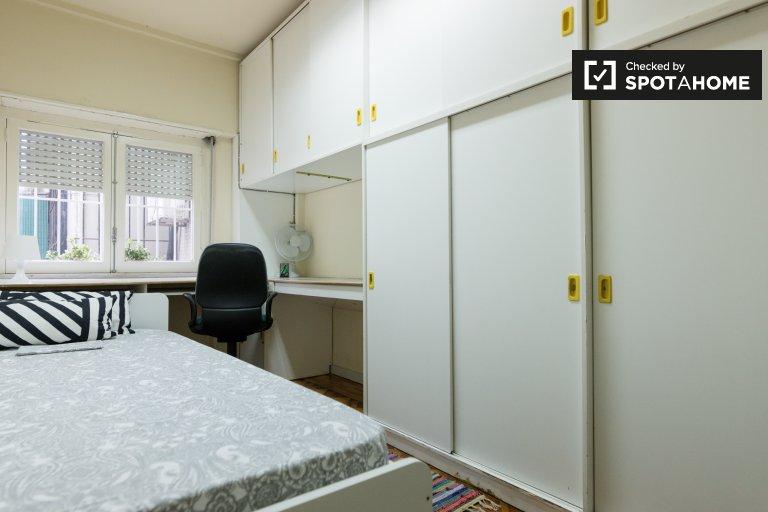 Penha de França'da 3 yatak odalı dairede düzenli oda