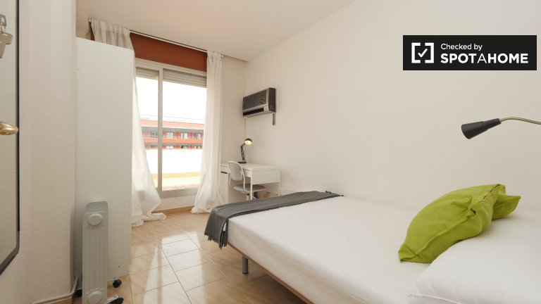 Bright room in 6-bedroom apartment in Les Corts, Barcelona