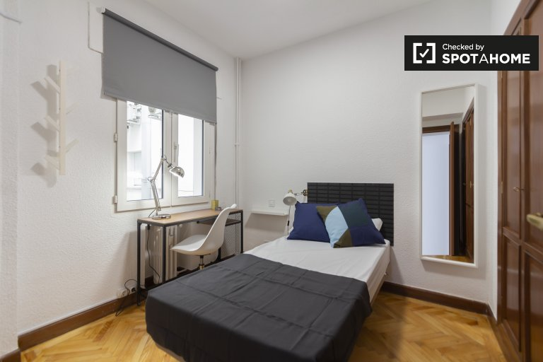 Słoneczny pokój w 6-pokojowym apartamencie w Retiro w Madrycie