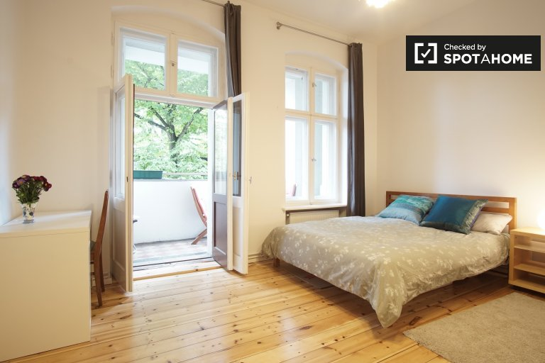 Double Bed in Room with private balcony for rent in stunning 3-bedroom apartment in Charlottenburg