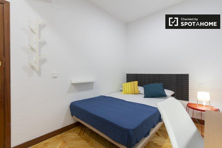 Nowoczesny pokój w 6-pokojowym apartamencie w Retiro w Madrycie