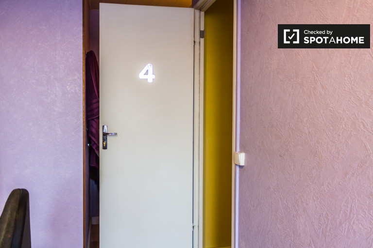 Single Bed in Rooms for rent in a 4-bedroom apartment with street view in Bron les Essarts