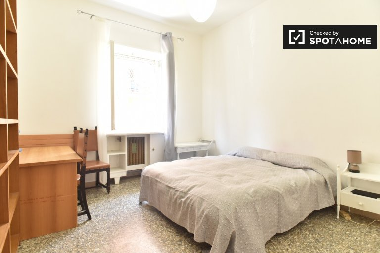 Cozy room in 4-bedroom apartment in Trionfale, Rome