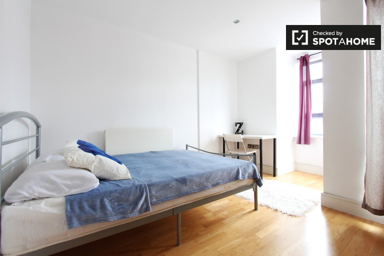 Double Bed in Rooms for rent in a modern 3-bedroom flat with canalside balcony in Limehouse