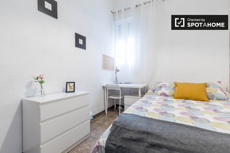 Room for rent in 5-bedroom apartment in L'Olivereta