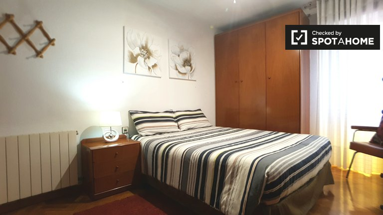 Amplia habitación en apartamento de 3 dormitorios - Sant Martí, Barcelona