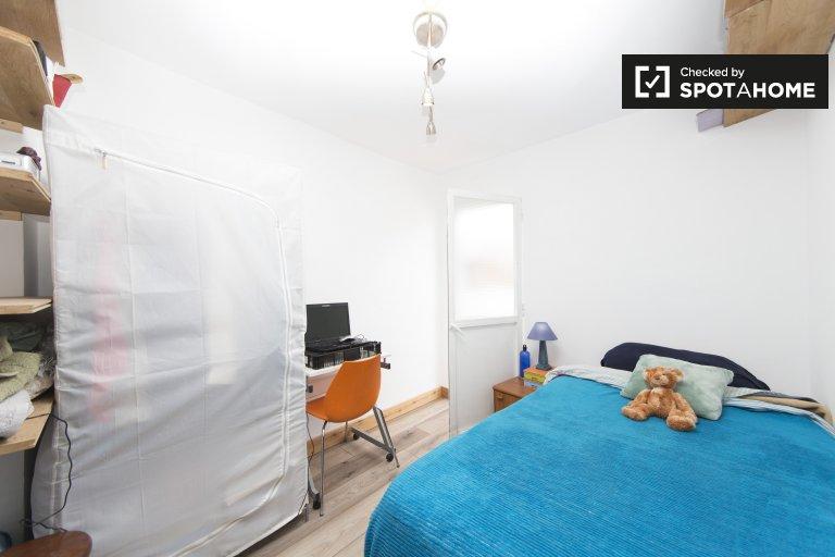 Se alquila habitación en apartamento de 4 dormitorios en Puente de Vallecas.