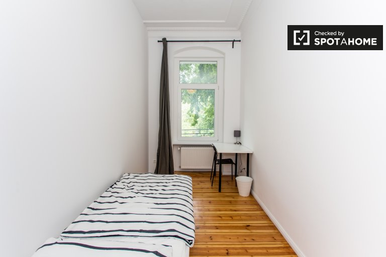 Nice room for rent in  apartment with 6 bedrooms Neukölln