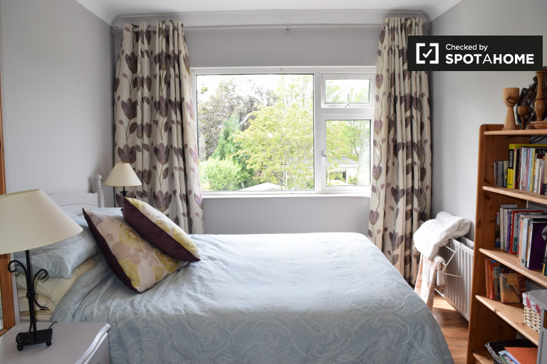 Double Bed in Rooms to rent in 5-bedroom house with garden in Templeouge