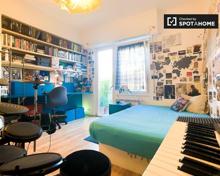 Quarto espaçoso para alugar em apartamento de 2 quartos em Tuscolano