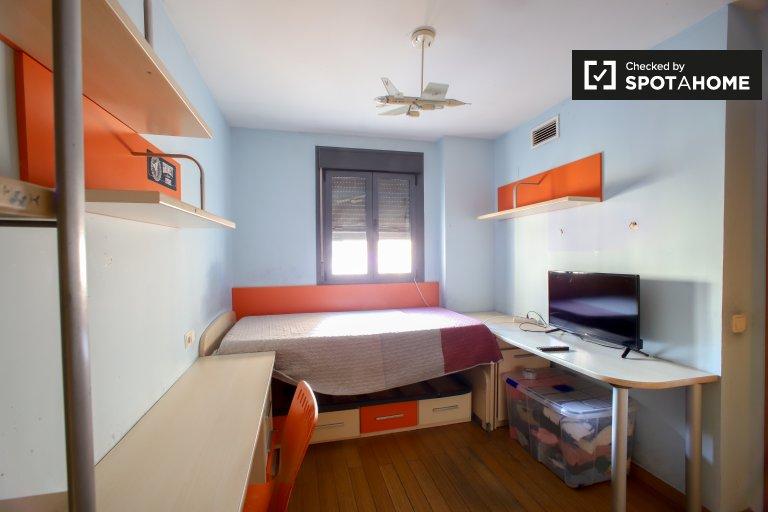Jasny pokój do wynajęcia w 3-pokojowym mieszkaniu w L'Eixample