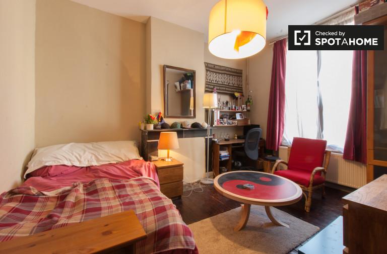 Chambre décorée dans un appartement à Marolles, Bruxelles