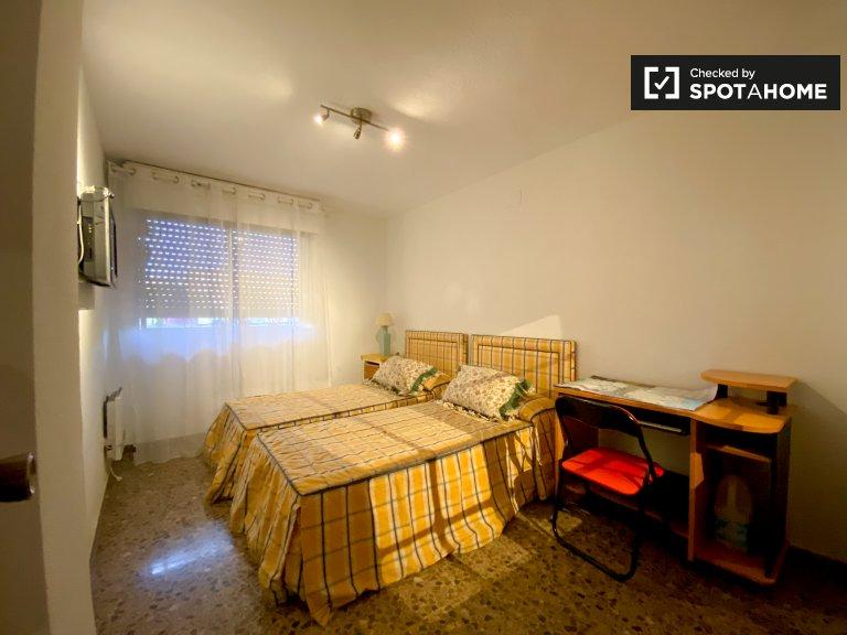 Quatre Carreres'te 4 yatak odalı dairede mobilyalı oda