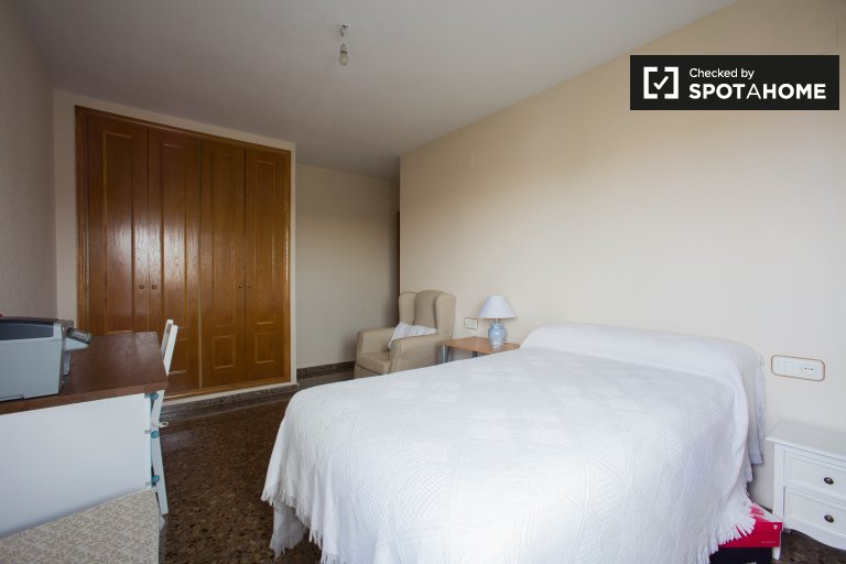 Bright room in 2-bedroom apartment in Benicalap, Valencia