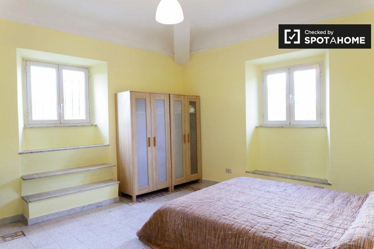 Luminosa camera in affitto in appartamento con 3 camere da letto, Centro Storico
