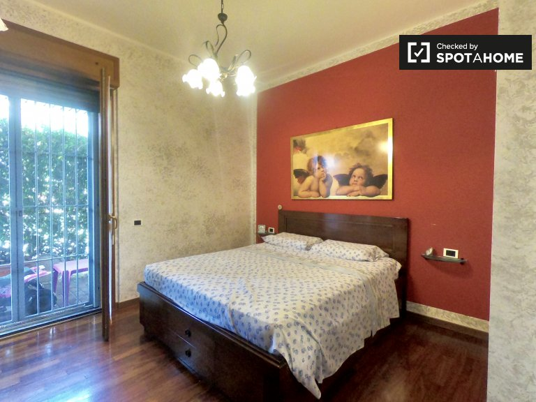 Room with terrace in 2-bedroom apartment in Lodi, Milan