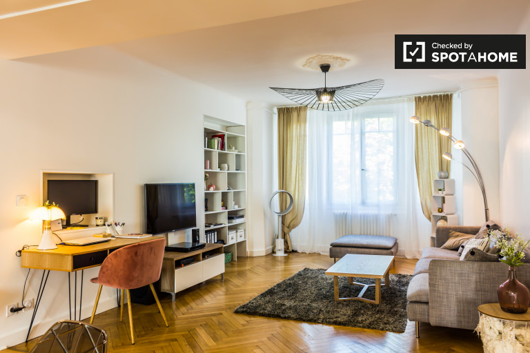 Deluxe 3-bedroom apartment with balcony for rent in Moulin à Vent