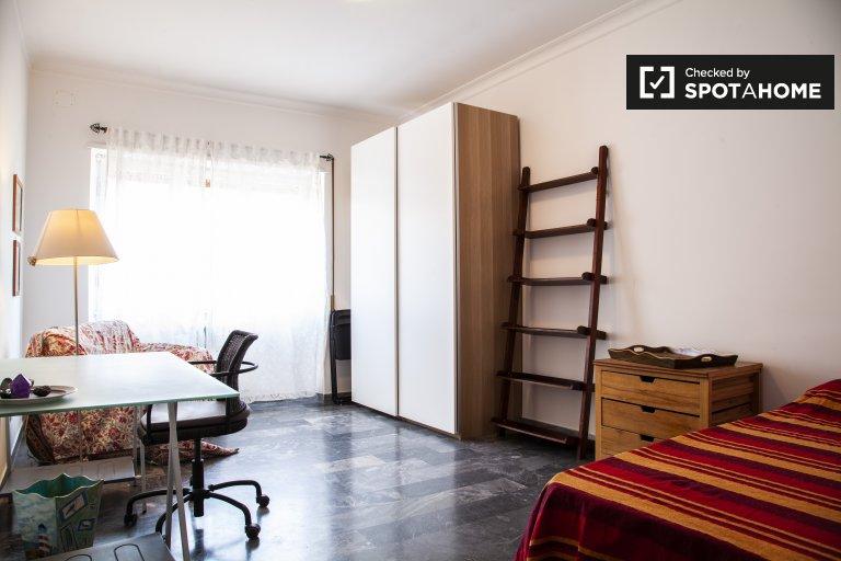 Chambre spacieuse dans un appartement de 3 chambres à Portuense, Rome