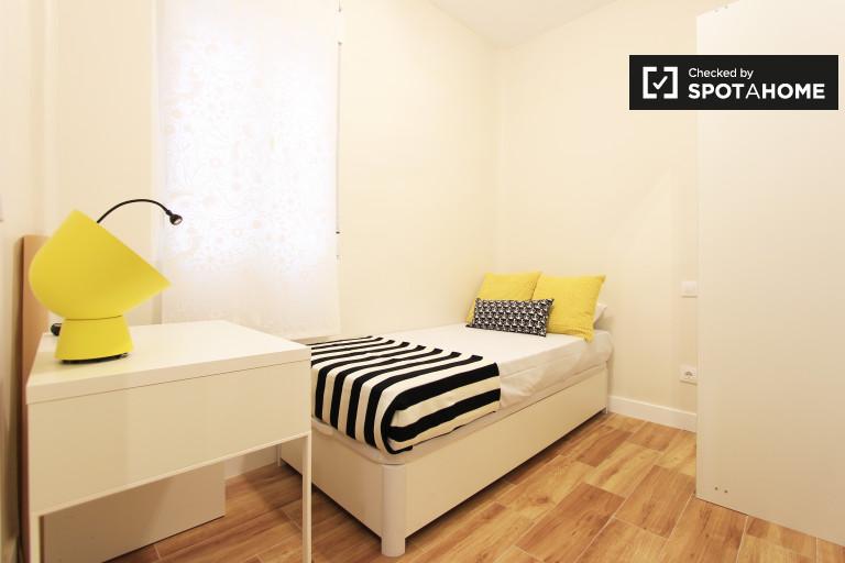 Single Bed in Rooms for rent in modern 4-bedroom apartment in Embajadores