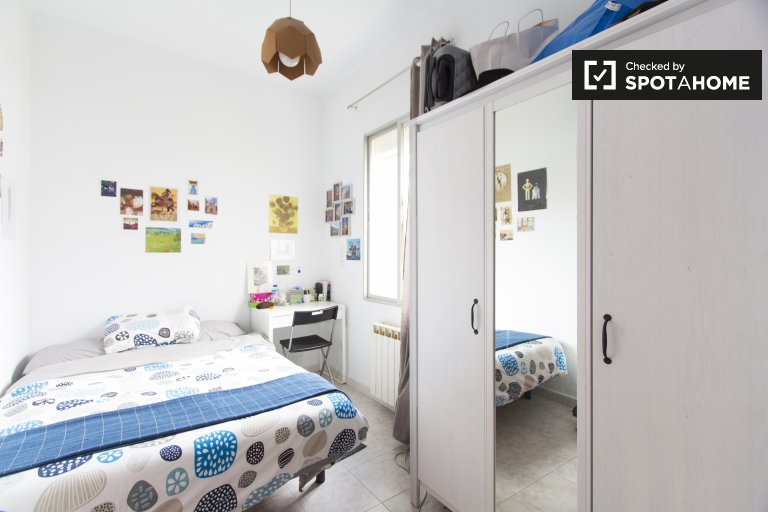 Luminosa camera in appartamento con 2 camere da letto a Nueva España, Madrid