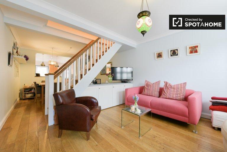 Słoneczny pokój w domu z 2 sypialniami w Hornsey w Londynie