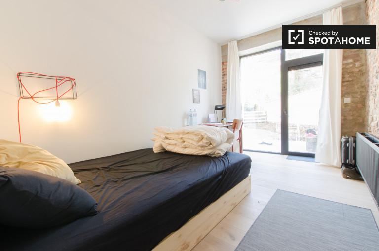 Amplia habitación en un apartamento de 4 dormitorios en Etterbeek, Bruselas