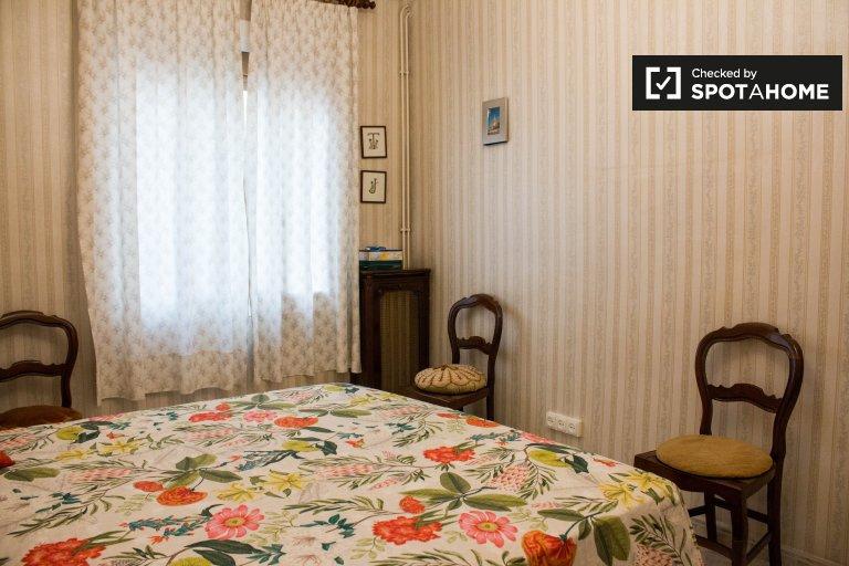 Room in 4-bedroom apartment in L'Esquerra de l'Eixample