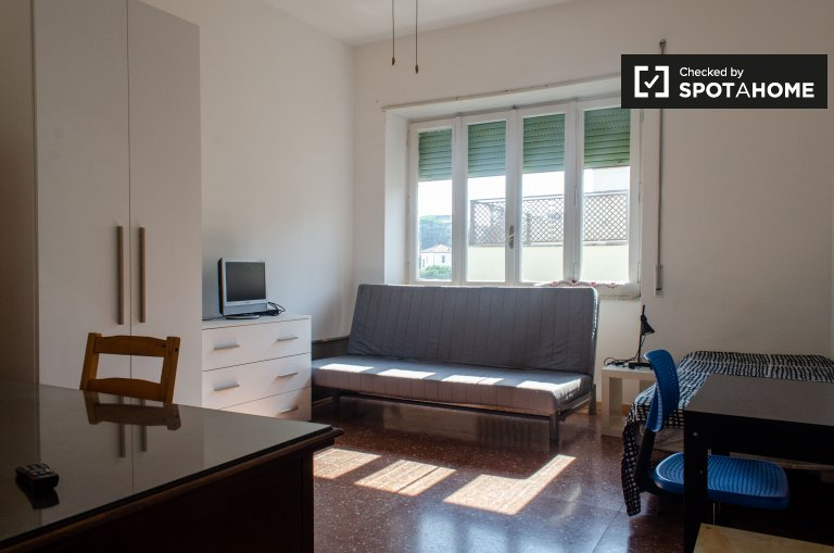 Przestronny pokój w apartamencie z 4 sypialniami w Monte Sacro w Rzymie