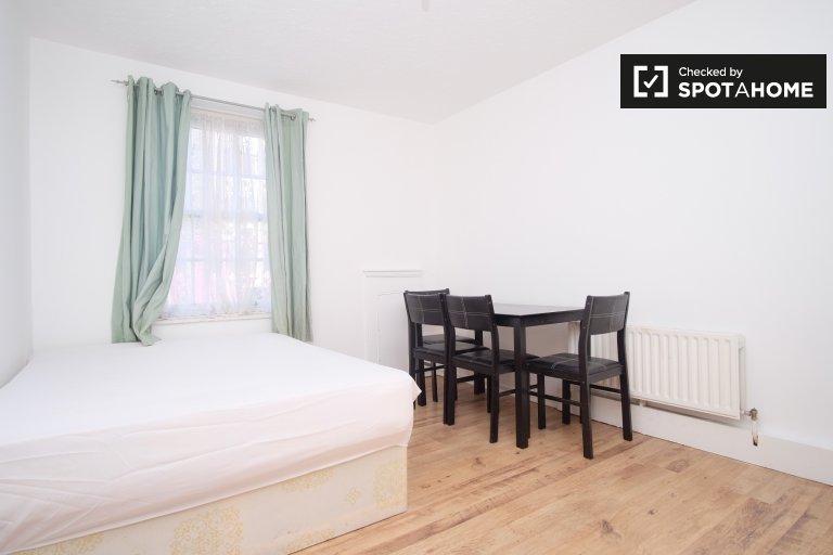 Quarto arejado em apartamento de 3 quartos em Tower Hamlets, Londres