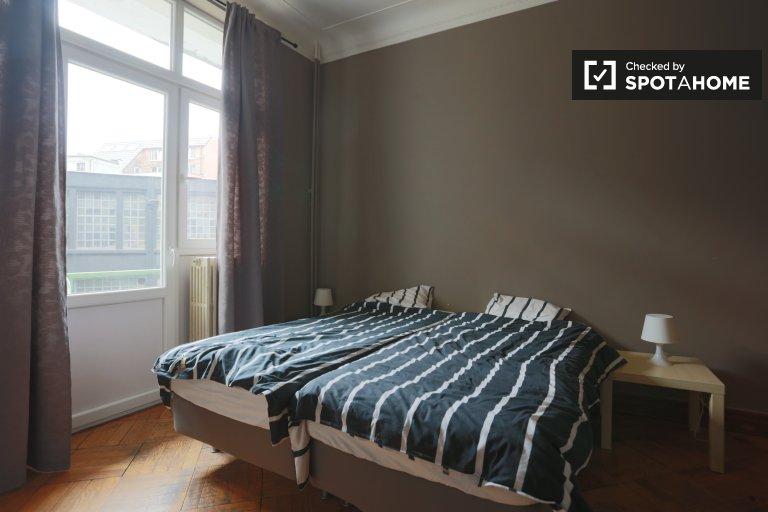 Grande chambre dans un appartement de 5 chambres à Anderlecht, Bruxelles
