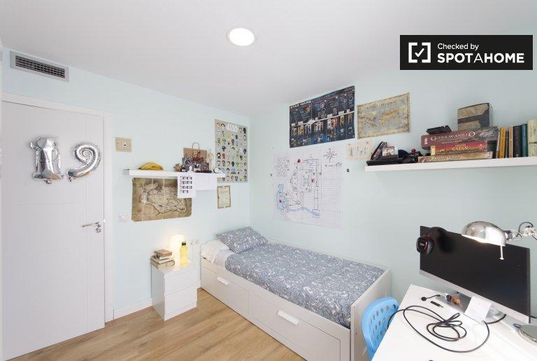 Ensolarado quarto na residência em Argüelles, Madrid