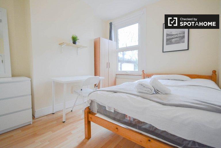 Jasny pokój w 6-pokojowym mieszkaniu w Hackney w Londynie