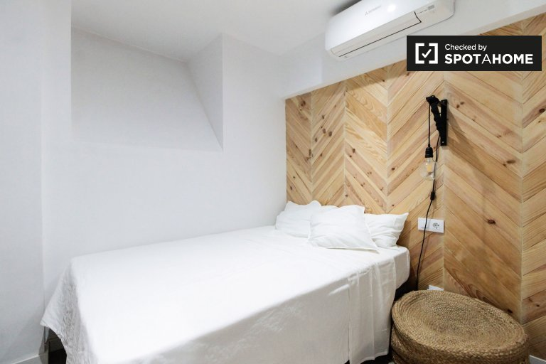 Room for rent in 3-bedroom apartment in Horta-Guinardó