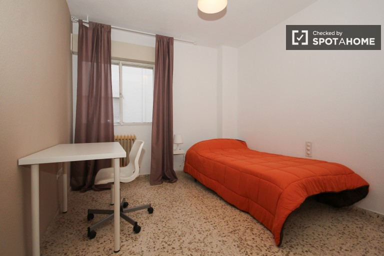 Single Bed in 6 spacious rooms for rent close to Granada city center