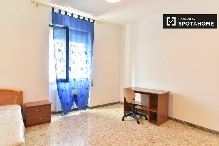 Single Bed in Rooms for rent in 4-bedroom apartment in La Rustica