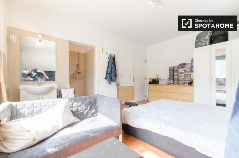 Kameralny pokój w 6-pokojowym mieszkaniu w Kraainem, Bruksela