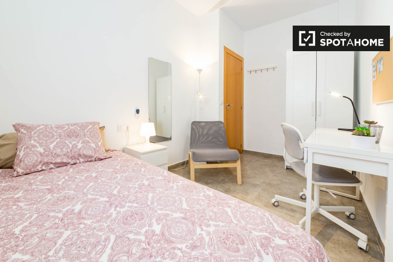 Stylish room, 4-bedroom apartment, Camins al Grau, Valencia