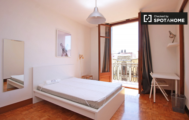 Double Bed in Rooms for rent in modern 7-bedroom apartment with balcony in Eixample Esquerra