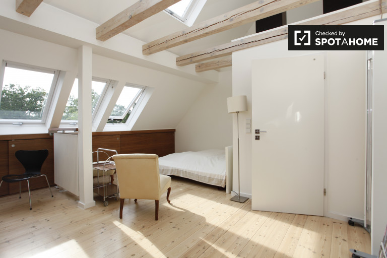 Double Bed in Rooms for rent in chic 3-bedroom apartment in Steglitz-Zehlendorf