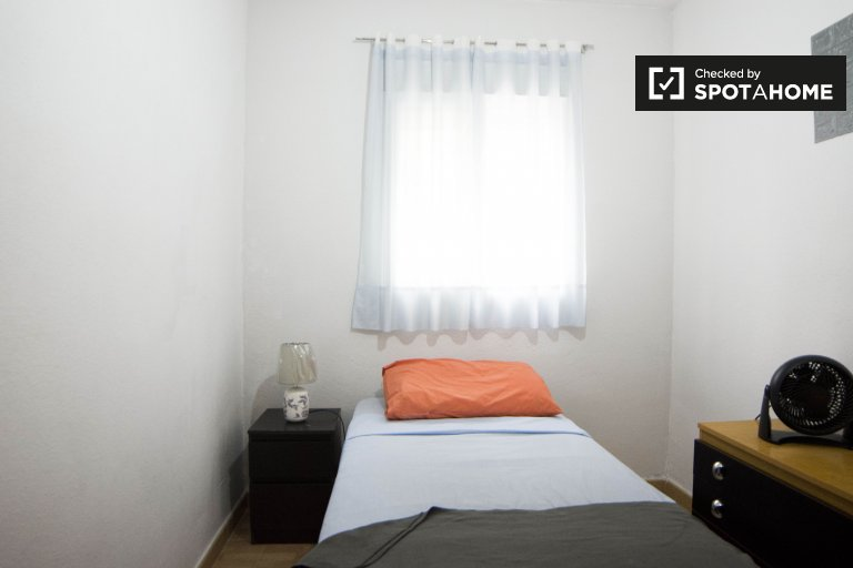 Cute room for rent, 2-bedroom apartment, Villaverde, Madrid