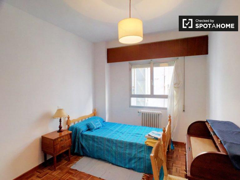 Geräumiges Zimmer in 3-Zimmer-Wohnung in Pacifico, Madrid