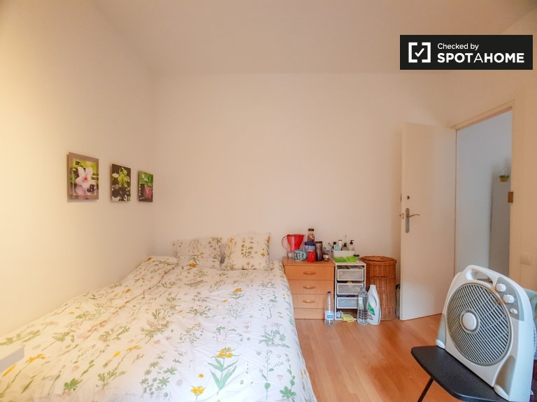 Bright room in 4-bedroom apartment in Les Corts, Barcelona