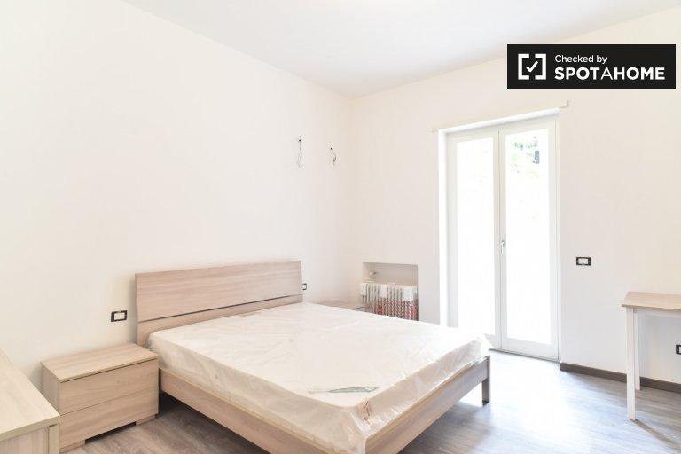 Portuense'de 3 odalı bir dairede çift kişilik oda, Roma