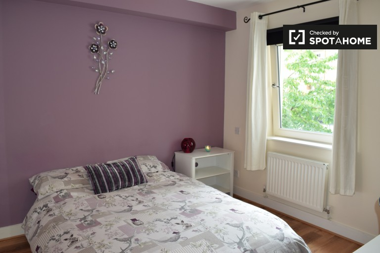 Bom quarto em apartamento de 3 quartos em Belmayne, Dublin
