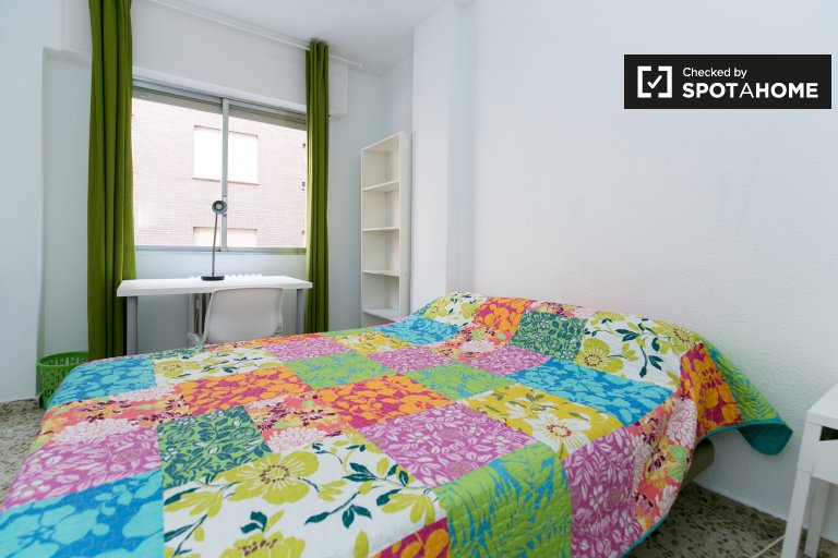 Double Bed in 5 Rooms available in luminous flat with balcony near University of Granada in Ronda area